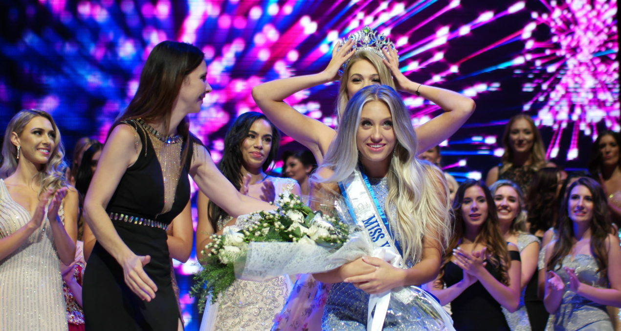 Hanna Begovic being crowned 2018 Miss World Canada by Cynthia Menard